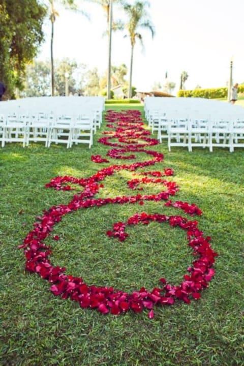 casamento ao ar livre simples com rosas