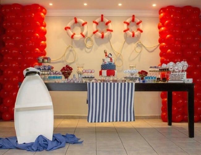 chá de bebê marinheiro com balões vermelhos