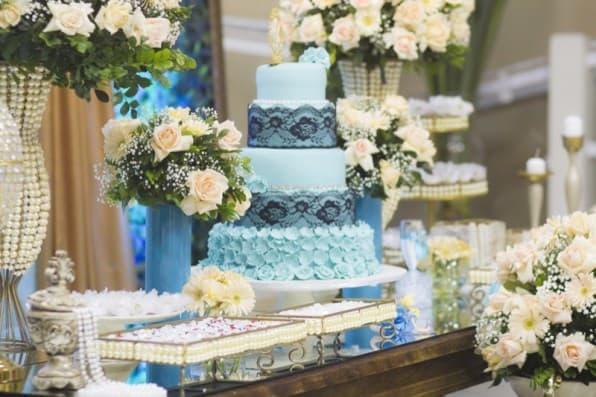 cores festa 15 anos azul com rosas brancas
