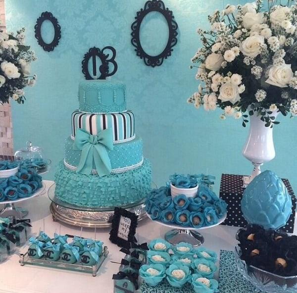 cores festa 15 anos azul mesa com bolo