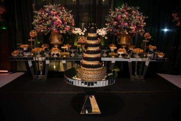 cores para festa de 15 anos mesa com bolo alto