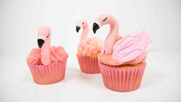 cupcake com flamingo em pé