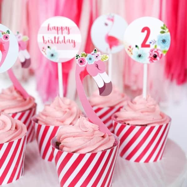 cupcake com plaquinhas de flamingo