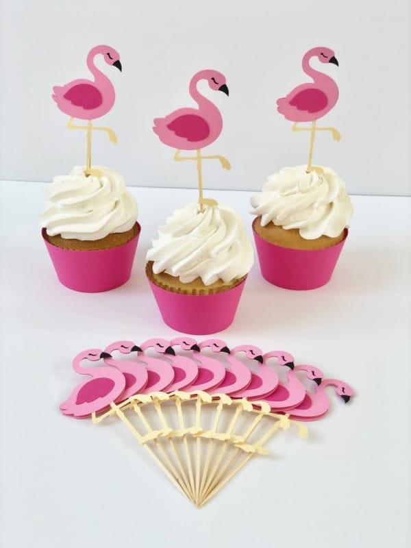cupcake com topper de flamingo