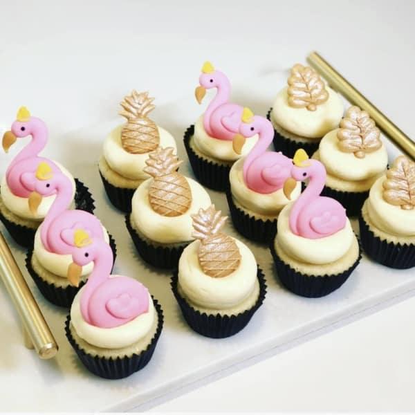 cupcake de flamingo com detalhes dourados