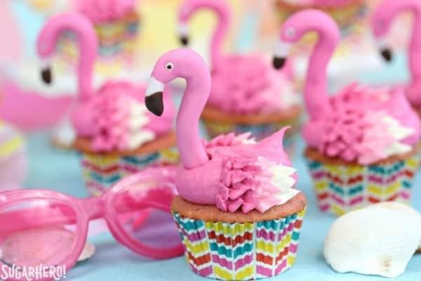 cupcake de flamingo com forminha decorada 2