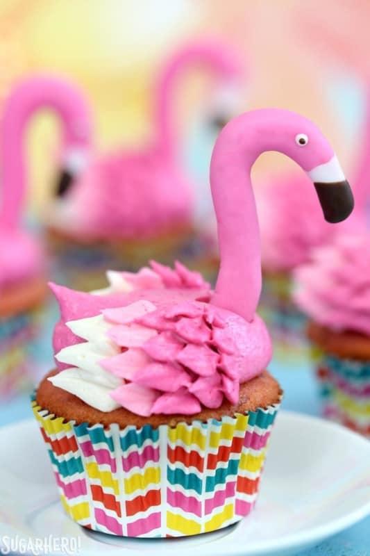 cupcake de flamingo com forminha decorada
