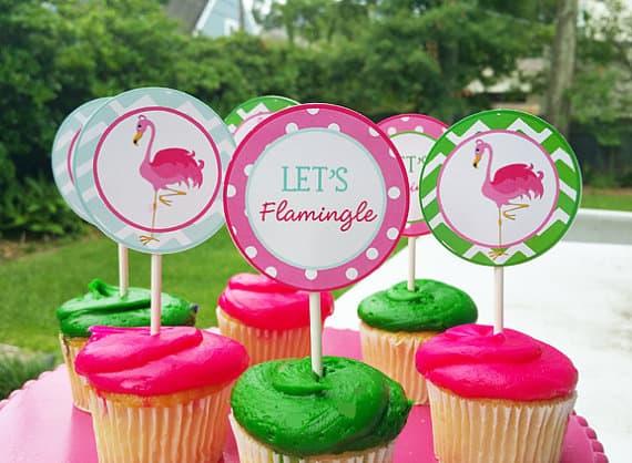 cupcake de flamingo com plaquinhas