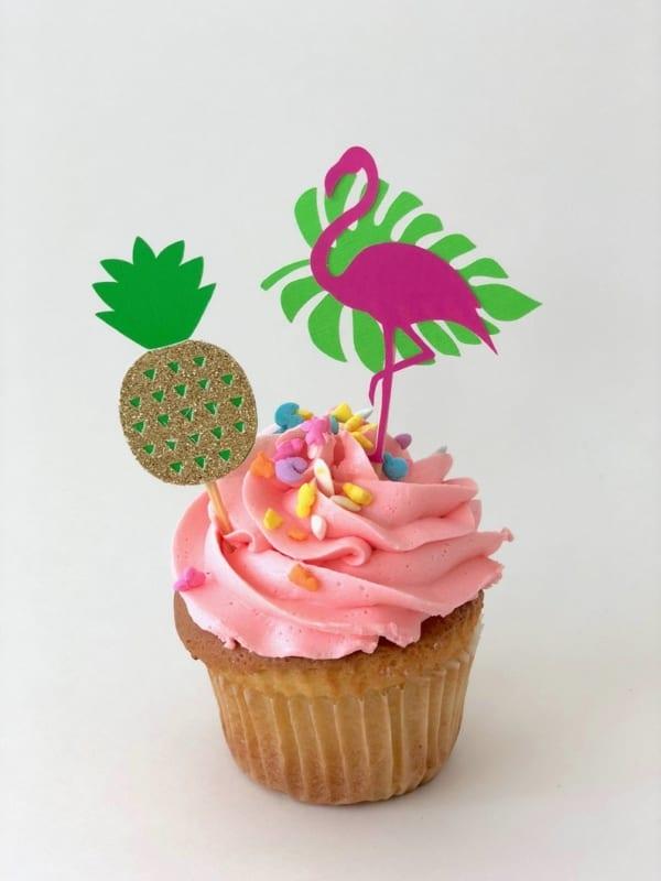 cupcake tropical com flamingo de papel