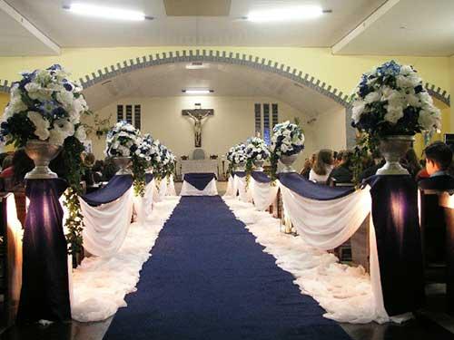 igreja com decoração de casamento