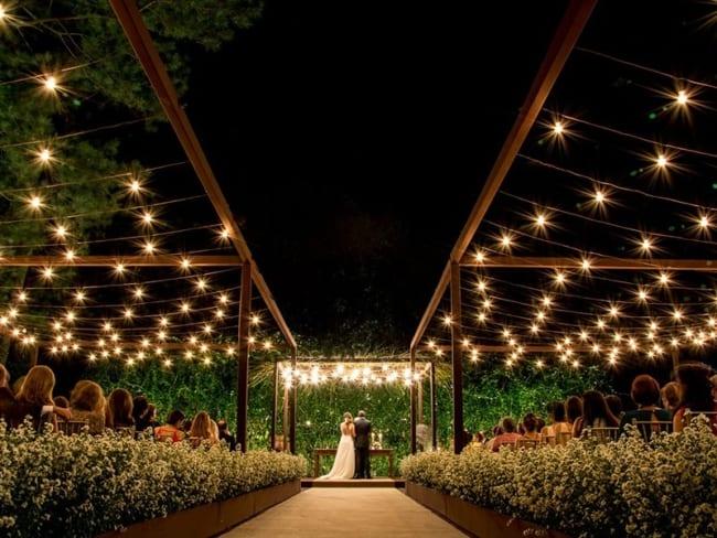 luzes em casamento ao ar livre