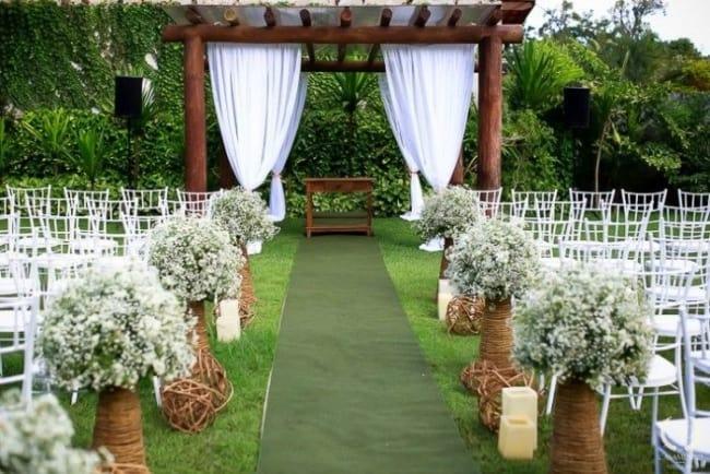 ornamentação de casamento ao ar livre com flores