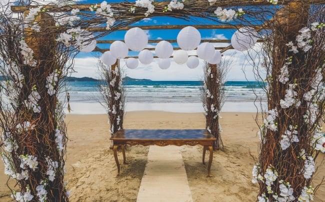 ornamentação de casamento na beira da praia