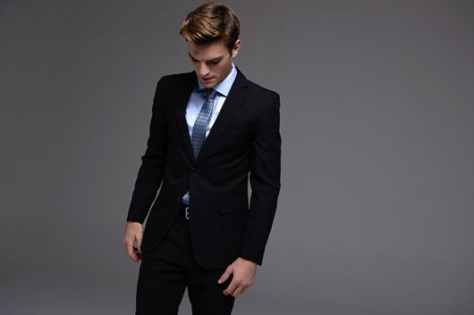terno preto com gravata azul