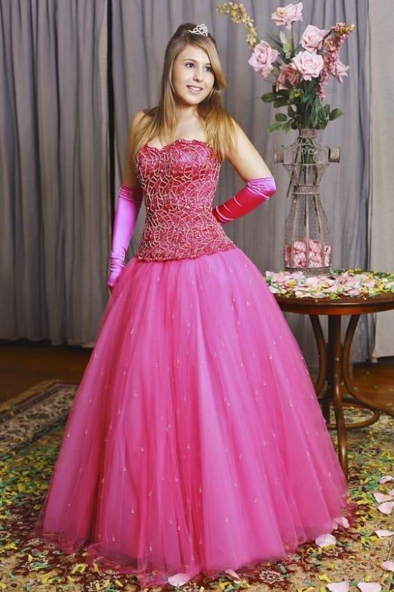 vestido de debutante rosa com luvas