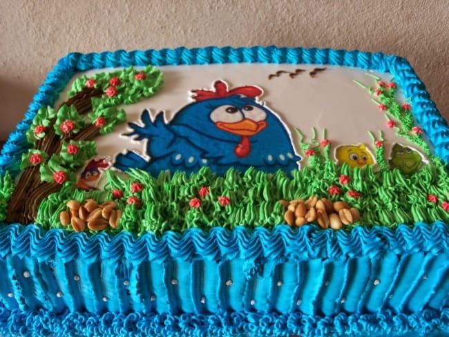 bolo simples decorado galinha pintadinha