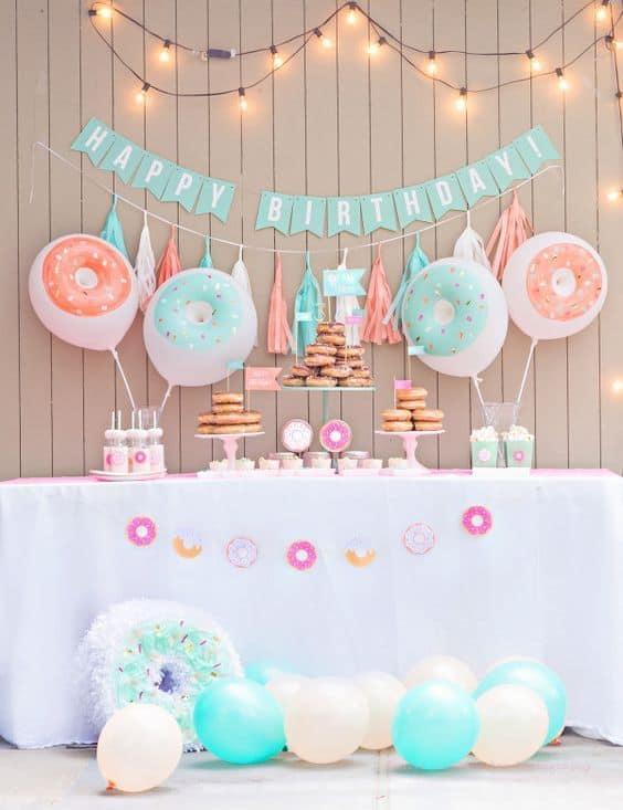 festa com decoração de donuts