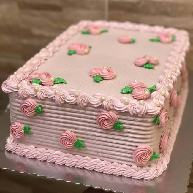 bolo retangular decorado com glacê rosa