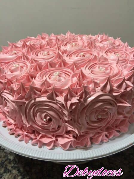 bolo decorado em cor de rosa claro
