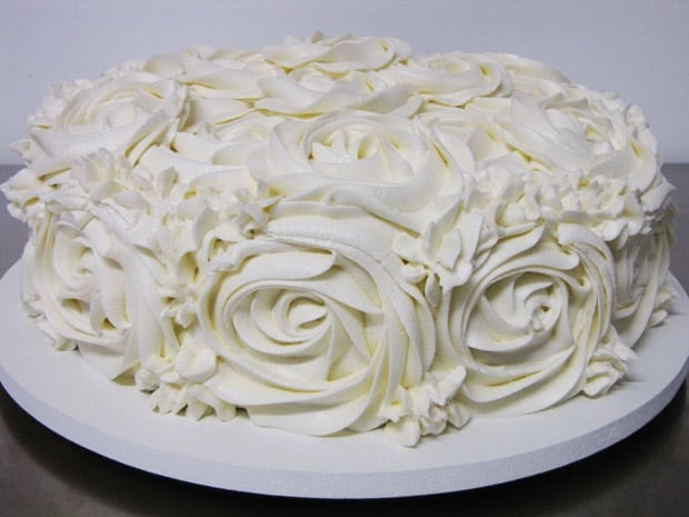 bolo com cobertura de glacê branco