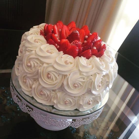 bolo branco decorado com morangos