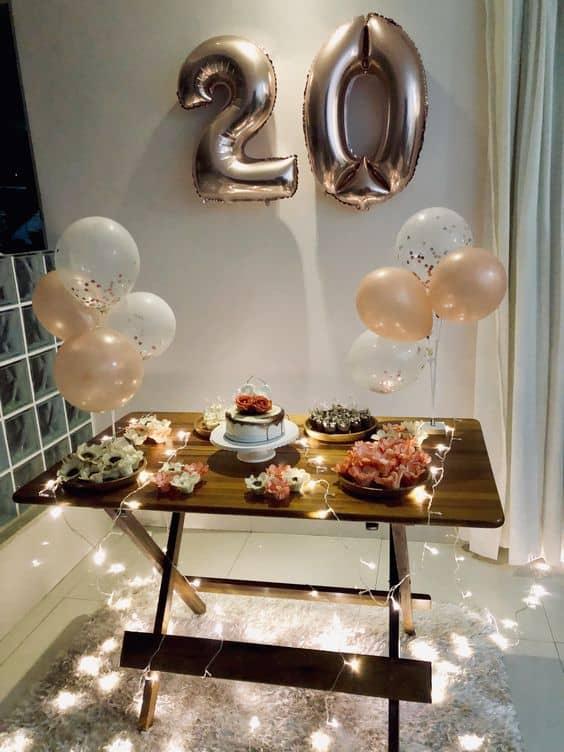 festa em casa decorada com luzinhas