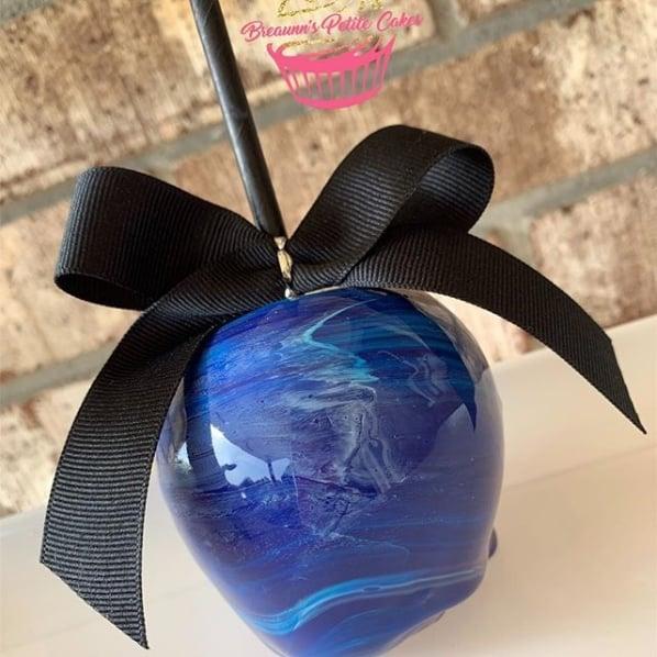 maçã do amor decorada em azul