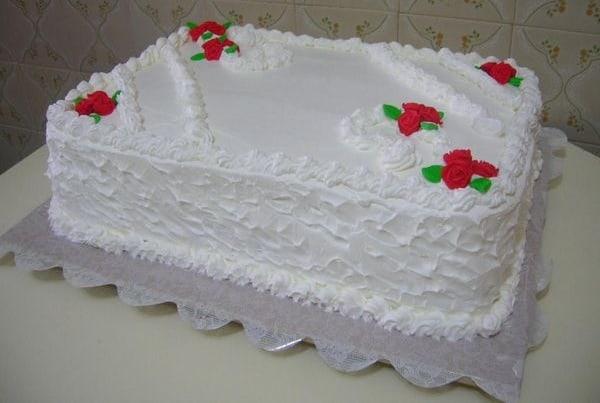 bolo retangular decorado em branco