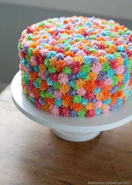 bolo com decoração colorida