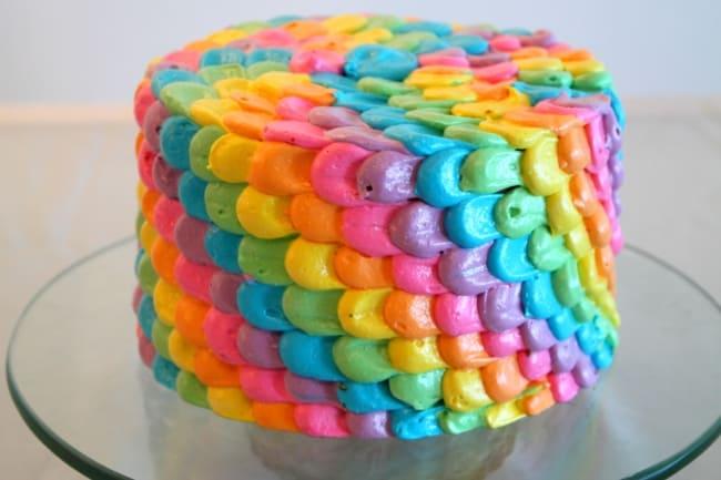 bolo com cobertura colorida