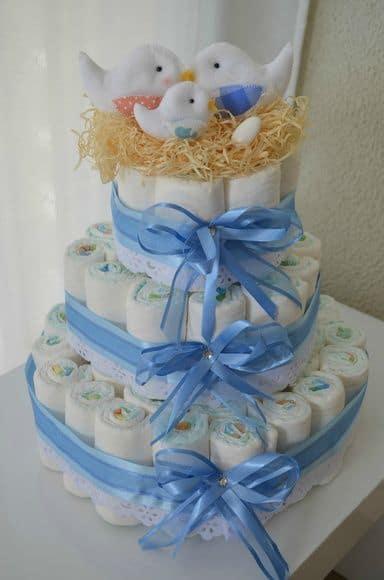 bolo decorado com passarinhos de feltro