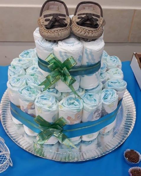 bolo de fraldas decorado com sapatinho