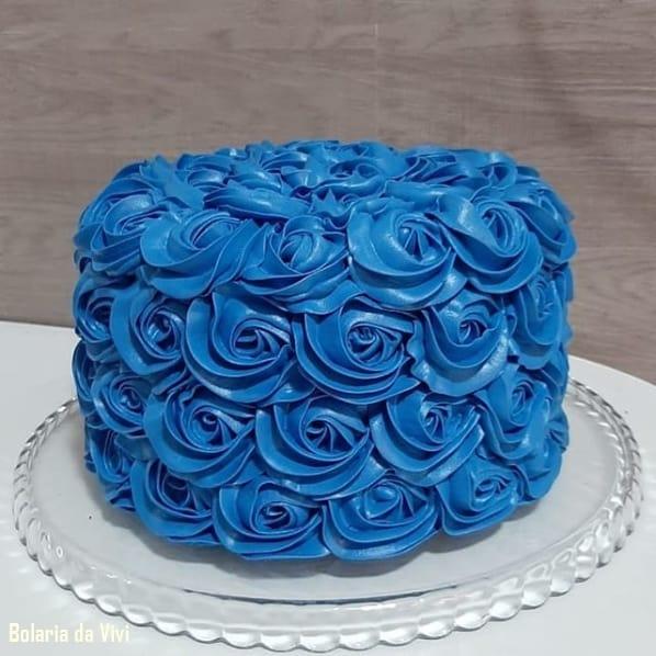 bolo azul de glacê real com flores