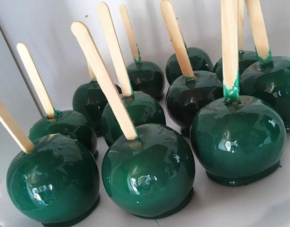 maçã do amor com caramelo verde