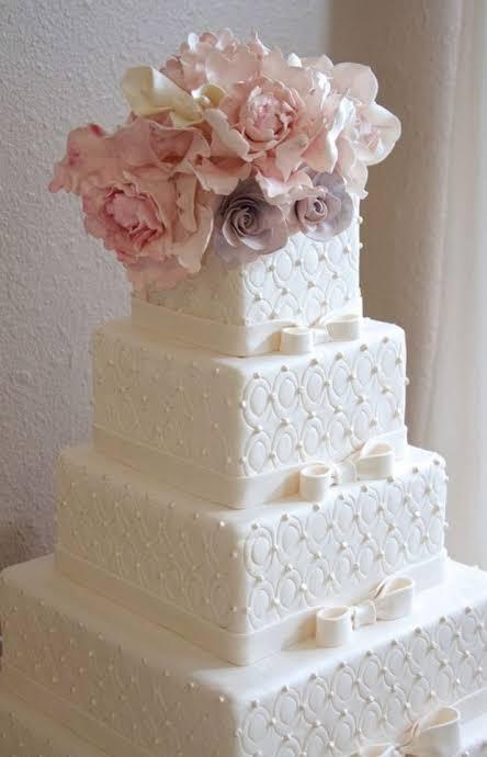 Bolo de casamento com 4 andares e flores