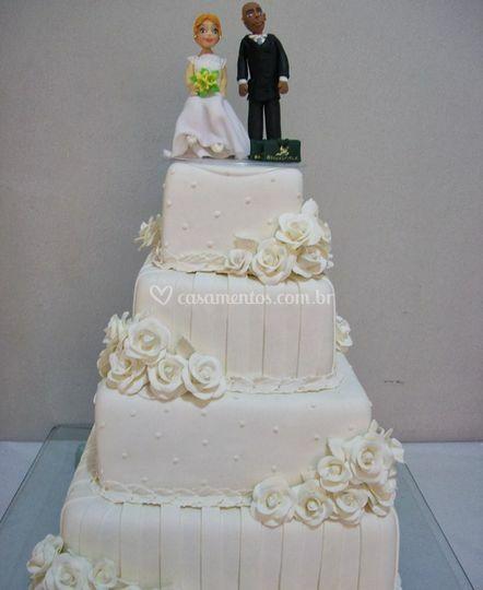 Bolo de casamento com 4 andares e topo