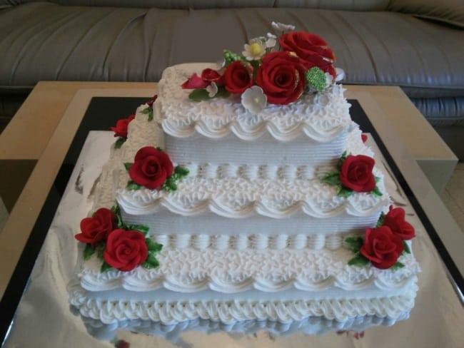 Bolo de casamento vermelho e branco com rosas