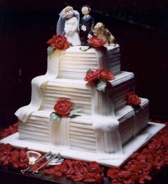 Bolo de casamento vermelho e branco enorme