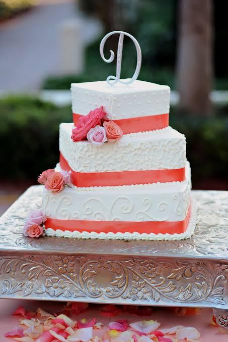 Bolo de casamento vermelho e branco simples