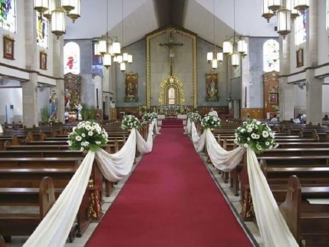 Casamento com tapete vermelho e tecido branco