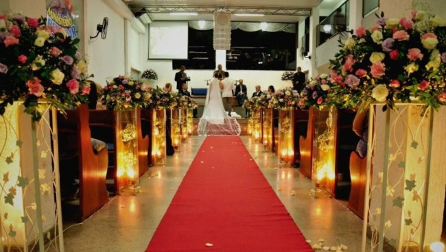 Casamento com tapete vermelho em igreja evangélica