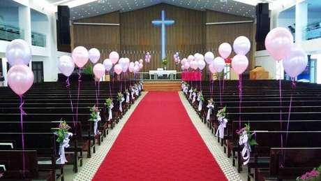 Casamento na igreja com decoração de balões