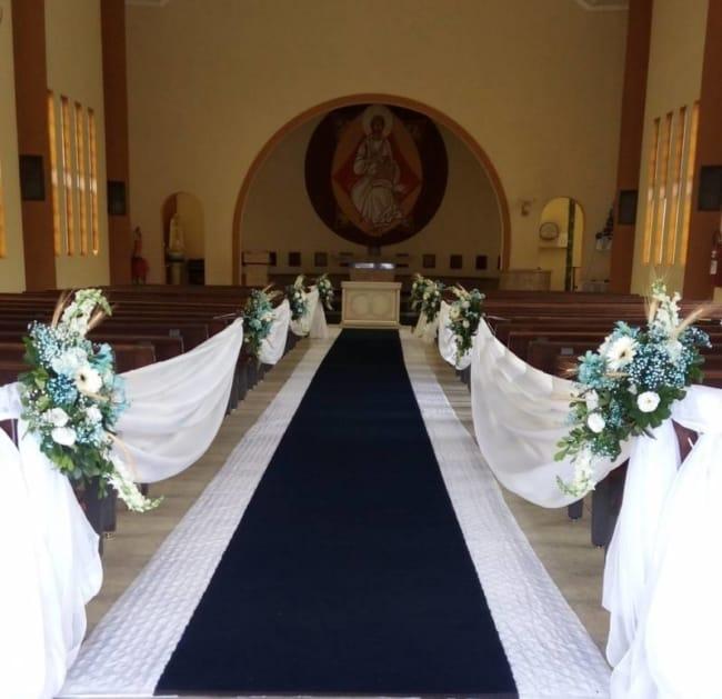 Casamento na igreja com decoração de panos