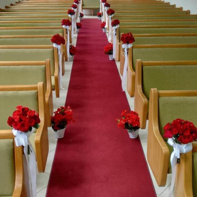 Casamento na igreja com rosas vermelhas