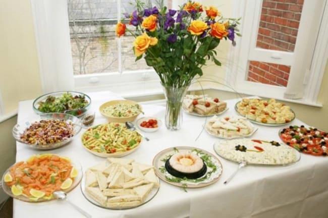 Decoração da mesa de comidas no noivado