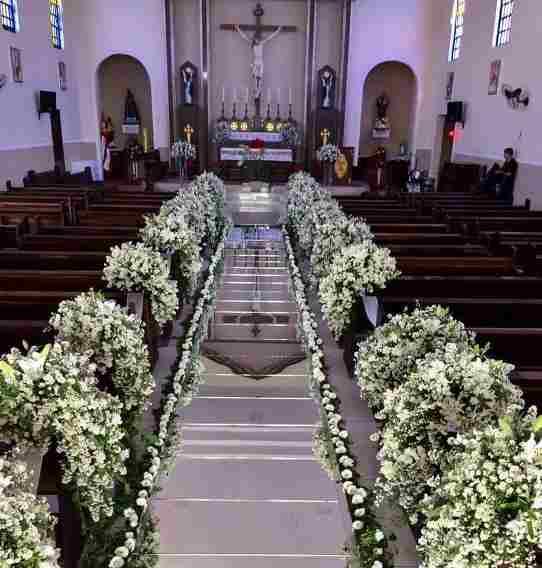 Decoração de igreja católica com tapete espelhado