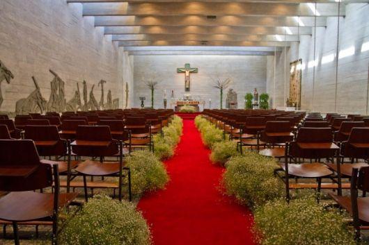 Decoração de igreja com tapete vermelho