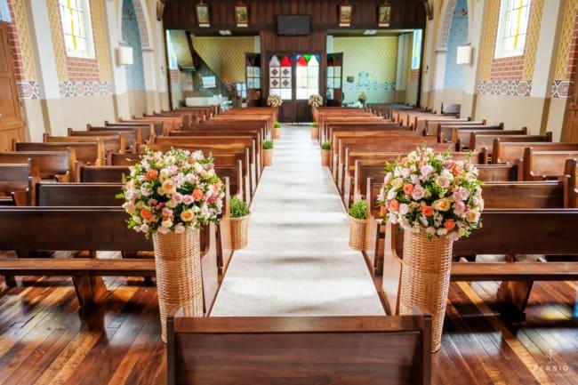 Decoração floral para casamento rústico em igreja