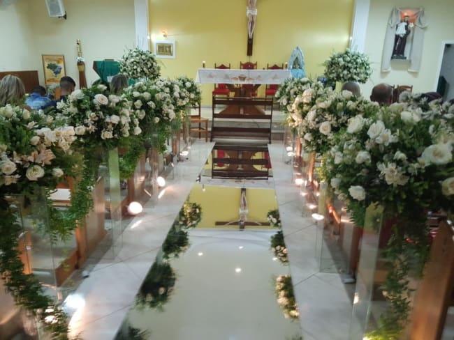 Decoração simples de igreja com tapete espelhado