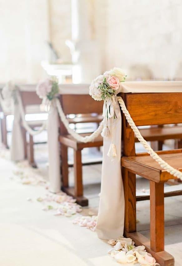 Decoração simples para igreja com flores e cordas